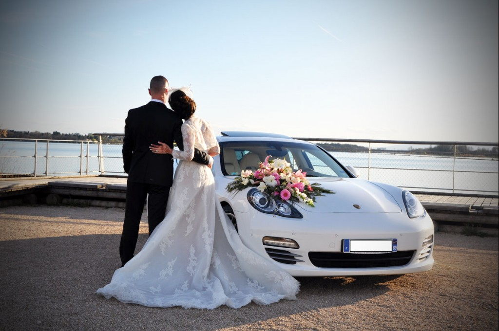 Orner élégamment la voiture de mariage